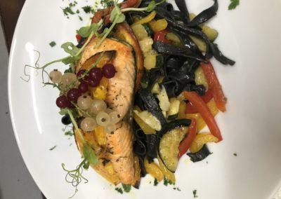 Łosoś grillowany,czarne tagiatelle ,warzywa z grilla