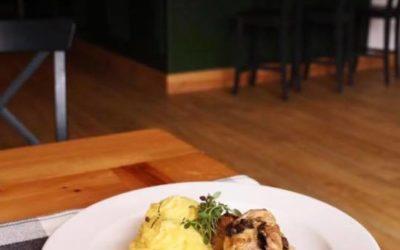 Witamy Was poniedziałkowym daniem dnia. Dziś polecamy: Zupę koperkową Roladę ze schabu w sosie pieczarkowym,ziemniaki,surówka z białej kapusty ,kompot.