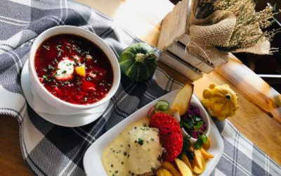 Danie dnia na dziś 🍽🍂☀️ -Barszcz ukraiński -Stek ze schabu w sosie z zielonego pieprzu,ziemniaki opiekane surówka z czerwonej -Kompot