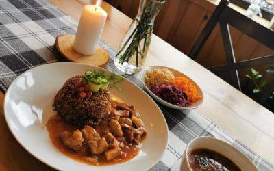 Danie dnia na dziś 🍂🍽☀️ Kapuśniak na wędzonce Gulasz wieprzowy z kurkami,kasza gryczana,zestaw surówek Kompot Zapraszamy