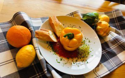 Zapraszamy do Restauracji Zakopiańskie Smaki na pyszne danie dnia🍁🍽 -Krem z białych warzyw -Zapiekana papryka faszerowana z ryżem i mięsem w sosie pomidorowym -Kompot