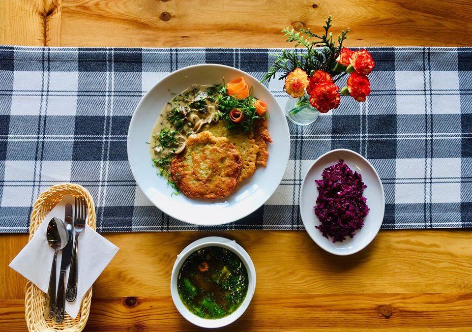 Dzień dobry! 🙂 Dzisiaj na danie dnia szef kuchni przygotował dla Was taką oto smaczną zapowiedź weekendu: 🥣 Rozgrzewającą zupkę jarzynową minestrone a na drugie danie: 🍽 Placki ziemniaczane z sosem pieczarkowym i surówką z czerwonej kapusty 👌😋👌😋 Sprawdźcie, czy smakuje tak pysznie jak wygląda 😉