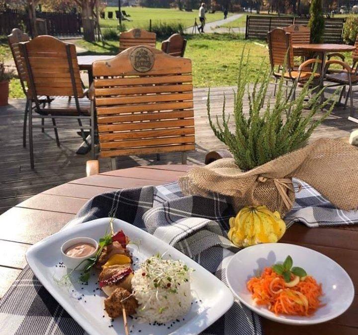 Dzień dobry! 🌼🍁 Ah jak miło poczuć na twarzy promyki jesiennego słońca, tak jak dziś ☀️🍂☀️ Dzisiaj na danie dnia przygotowaliśmy dla Was: 🥄 Zupkę pomidorową 🍴 Szaszłyk z kurczaka z ryżem i surówką z marchewki Wpadnijcie na pyszny obiad, przy którym możecie rozkoszować się także przepięknym widokiem ⛰☀️🍁