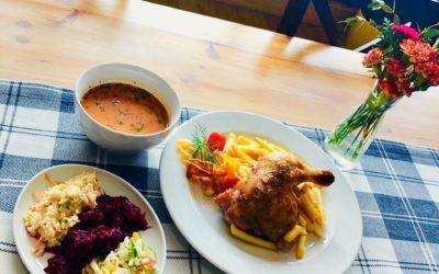 Witamy Was w środę! ❄️👋❤️ Mróz lekki trzyma, więc przyjdźcie i rozgrzejcie się u nas pysznym obiadem!! Dzisiaj na danie dnia podamy przez wszystkich lubianą klasykę, a mianowicie: 🥣 Zupę pomidorową z ryżem 🍴Pieczone udko z kurczaka w zestawie z frytkami, surówkami i szklanką kompotu 👌😋👌😋👌😋 Wiemy, że ta propozycja ma licznych fanów, tak więc czekamy na Wasze przybycie! 😉