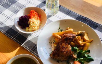 Czwartek 😉 A, że nieco szary i pochmurny, to należy się w ten dzień rozgrzać ! 🙂 Nic tak dobrze nie rozgrzewa jak pyszny obiad! A może do obiadu 0,5l herbatka zimowa z dużą ilością cytrusów, imbirem i odpowiednim syropem?? 😋 Dzisiaj na danie dnia podamy: 🔸🥣 Bogaty kapuśniak na wędzonce 🔸🍽 Pieczone udko z kurczaka, opiekane ziemniaczki z ziołami, do tego zestaw surówek 🔸 Szklanka kompotu 💜💛💜💛💜💛