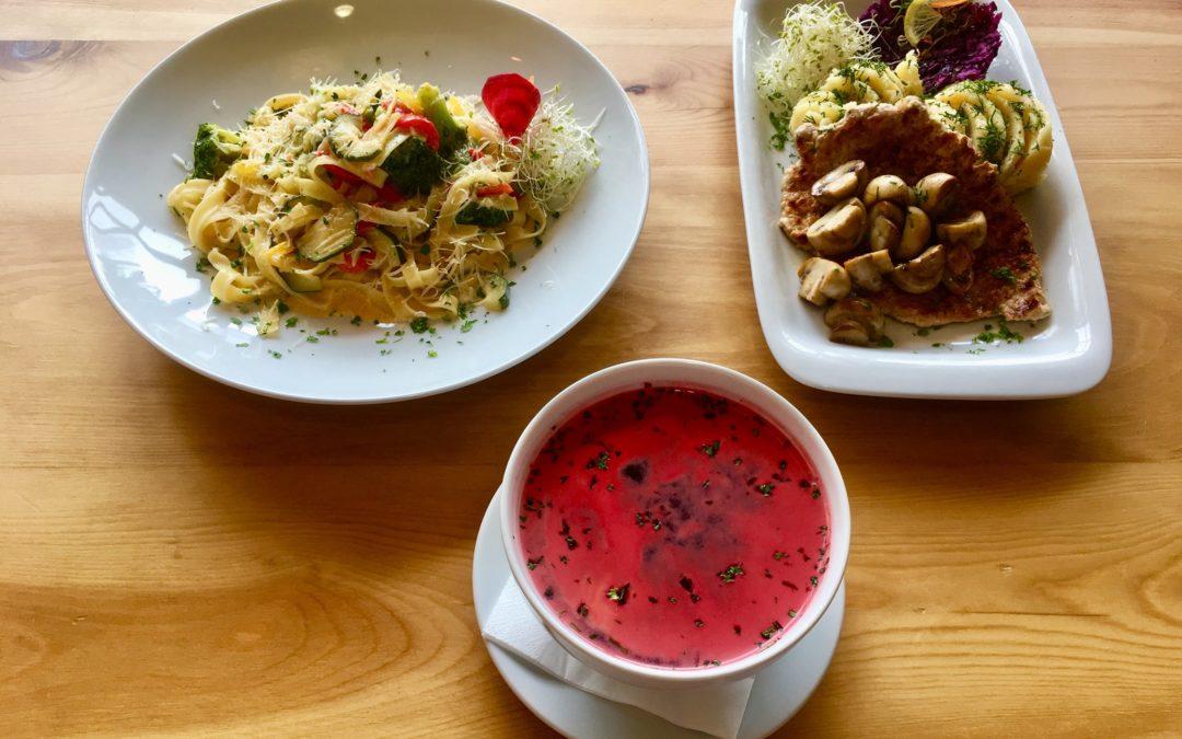 Witamy w deszczowy poniedziałek 🌧☔️🌧 Lubicie siedzieć przy oknie z kubkiem aromatycznej kawy i obserwować deszcz? Jeśli tak, to zapraszamy!!☕️♥️ A gdy zgłodniejecie, podamy dzisiaj w ramach Dania Dnia: 💧Barszcz ukraiński (v) 💧Grillowany schab z pieczarkami, ziemniaczkami puree i surówką z czerwonej kapusty 💧Brokułowa fantazja- makaron wstążki z brokułami, cukinią, papryką w sosie śmietanowym Zapraszamy 😊