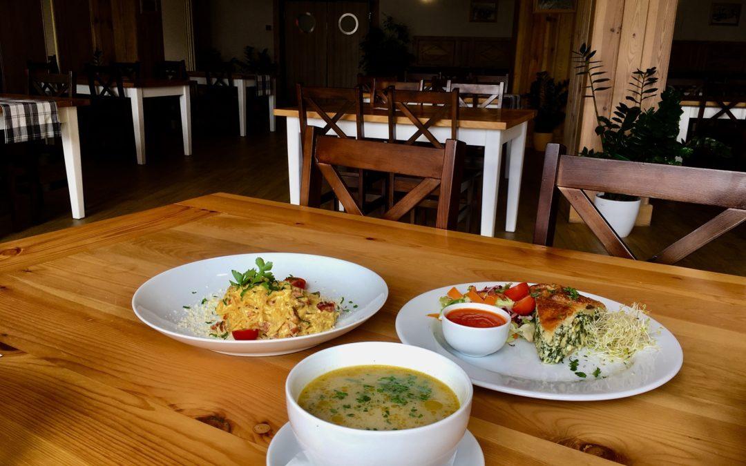 Środa ☁️😊☁️serdecznie Was witamy w tym dniu i przedstawiamy propozycje dzisiejszego dania dnia: 🔹 Zupa pieczarkowa (v) 🔸 Spaghetti carbonara LUB 🔸 Tarta ze szpinakiem i twarogiem podana z sałatą z sosem vinegret(v) Wpadnijcie do nas dobrze zjeść 🙂