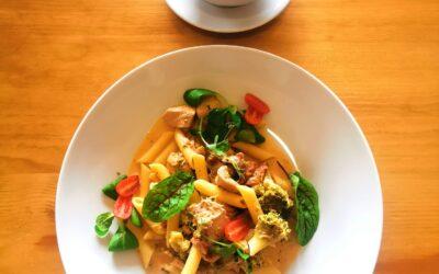 Dzień Dobry w Środę! 😁 ▫️ W dniu dzisiejszym zapraszamy na: 🥄 Zupę pieczarkową 🍴 Penne z kurczakiem, suszonymi pomidorami i brokułami w sosie śmietanowym 🍝 Życzymy miłego dnia i do zobaczenia! ☺️