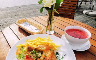 Dzień dobry! 😁 Jak się macie w poniedziałek? Halniaczek nieco daje się we znaki 🌪️, liśćmi zawiewa 🍂i o nadchodzącej jesieni skutecznie przypomina. ▫️A my przypominamy, że od poniedziałku do piątku mamy dla Was przepyszne dania dnia.🍜🥰 Codziennie coś innego, dziś np.: 🌲 Barszcz zabielany z ziemniakami i jajkiem 🌲 🌲 Pieczone udko z frytkami i surówką z białej kapustą 🌲 ❗ Zapraszamy😁