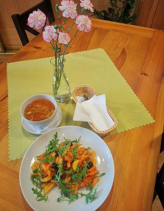 👋Dzień dobry we Wtorek 😉😄 Dzisiejsze danie dnia to: 🌲ZUPA (jedna do wyboru): 🥄Kapuśniak z młodej kapusty  ✅ Krem z pieczonego selera z groszkiem ptysiowym  🌲DANIE GŁÓWNE (jedno do wyboru): 🍴Zrazy wieprzowe w sosie własnym z kluskami śląskimi i buraczkami  ✅ Penne w sosie pomidorowym z cukinia, czarnymi oliwkami i rukolą  ❗ Życzymy miłego dnia 😍❗