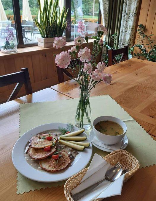 👋Dzień dobry w Środę 😉😄 Dzisiaj przygotowaliśmy dla Was: 🌲ZUPA (jedna do wyboru): 🥄 Krupnik ✅ Krem z zielonego groszku z grzankami  🌲DANIE GŁÓWNE (jedno do wyboru): 🍴Filet z kurczaka w sosie winogronowo-tymiankowym z gotowanymi ziemniakami i surówką z marchewki  ✅ Placki ziemniaczane z sosem pieczarkowym i ogórkiem małosolnym  ❗ Życzymy miłego dnia 😍❗
