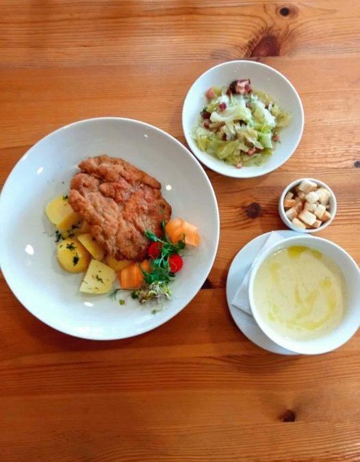 Dzisiejsze danie dnia : 🌲ZUPA (jedna do wyboru): 🥄Zupa ogórkowa z ryżem  ✅ Krem z białych warzyw z oliwą truflową i grzankami  🌲DANIE GŁÓWNE (jedno do wyboru): 🍴Sznycel wieprzowy z gotowanymi ziemniakami i młodą kapustą zasmażaną  ✅ Kuskus z warzywami i ciecierzycą  ❗ Życzymy miłego dnia 😍❗