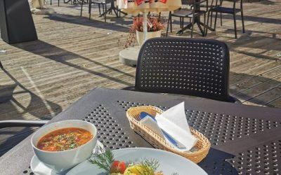 🌞Piękna pogoda nas nie opuszcza🍁 🍁 Dlatego gorąco zapraszamy na nasz słoneczny taras.😉 ➡️A na danie dnia mamy dzisiaj:⬅️ ▫️ZUPA (jedna do wyboru): 🥄 Kapuśniak na wędzonce  ✅ Krem z dyni z grzankami (V)  ▫️DANIE GŁÓWNE (jedno do wyboru): 🍴Schab grillowany z ziemniakami puree i surówka z marchewki i chrzanu  ✅ Gołąbki warzywne w sosie pomidorowym z ziemniakami puree (V)  🍕 Polecamy również naszą PIZZĘ w wielu wariantach do wyboru 🍕 ❗ Do zobaczenia❗👋❤️